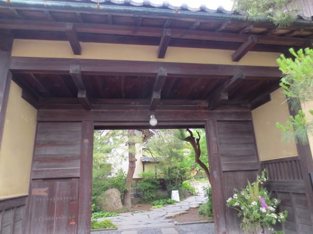 門の前にて